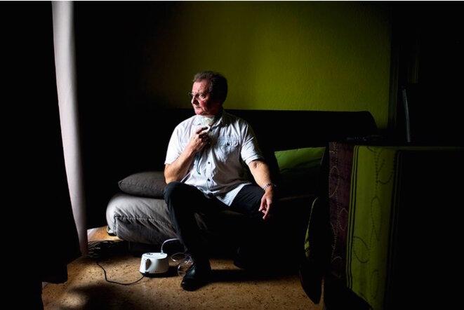 M. Desecache, malade d'un cancer du larynx, a longtemps travaillé à l'usine Sollac de Dunkerque. © Nanda Gonzague / LA FRANCE VUE D'ICI