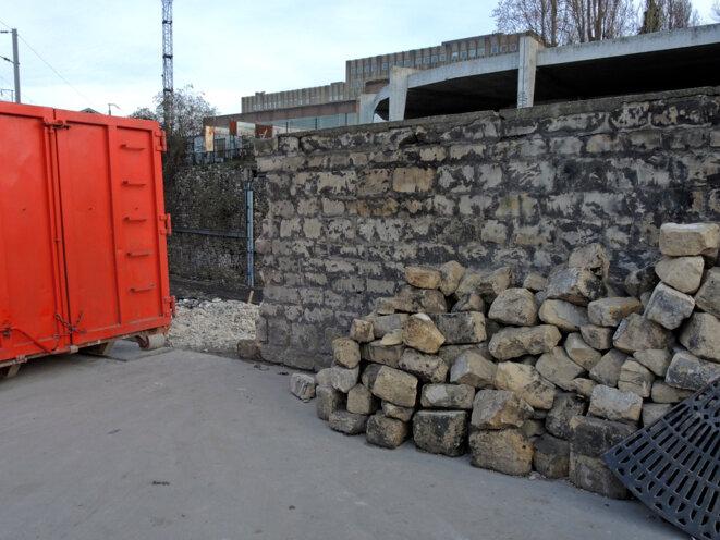 Le mur a été démonté pour passer le bull - 11 mars 2017 © Gilles Walusinski