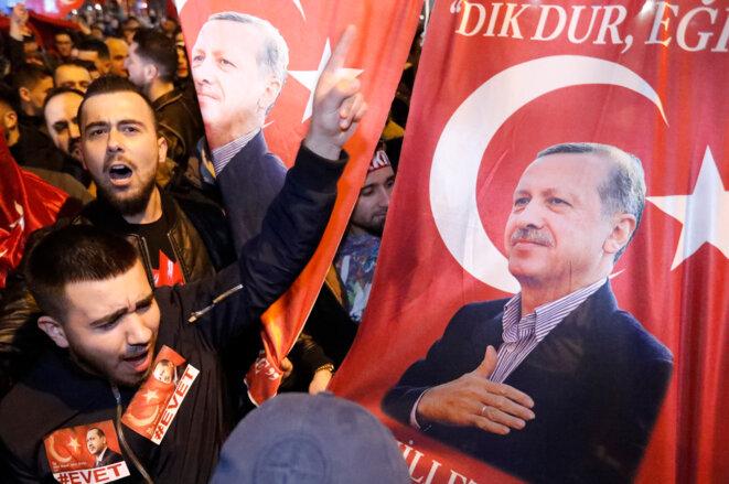 Des manifestants en faveur du président turc rassemblés devant le consulat turc à Rotterdam, aux Pays-Bas, le 11 mars 2017. © Reuters
