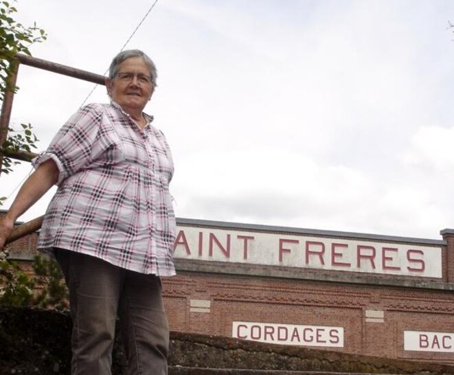 Catherine Thierry, devant le symbole de Saint Frères, à Flixecourt. © D.R.