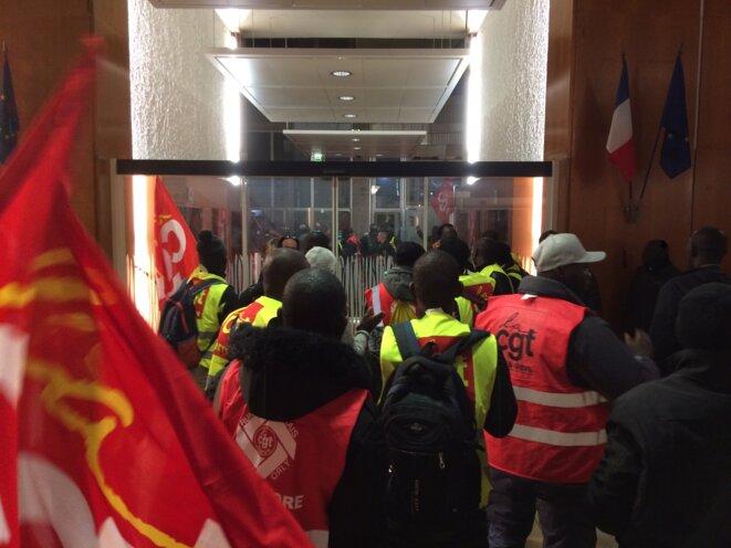 Les travailleurs grévistes entrent dans la tour Semmaris, à Rungis © MG