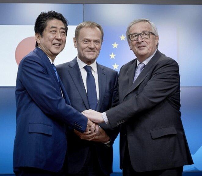 Shinzo Abe, Donald Tusk et Jean-Claude Juncker, le 21 mars 2017 à Bruxelles. © CE.