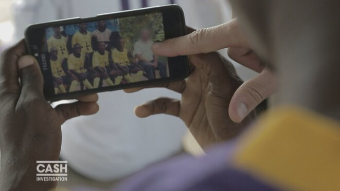 Des enfants montrent une photo du frère Albert M. © Cash Investigation (France 2)