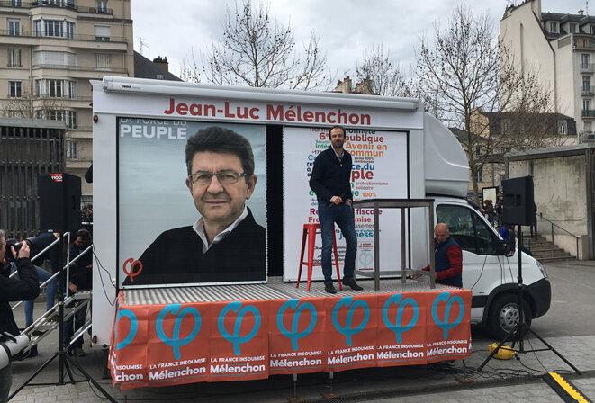 Le directeur de campagne de Jean-Luc Mélenchon, Manuel Bompard, sur le camion des Insoumis © CG