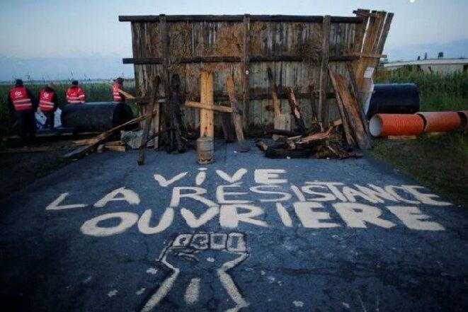Grafiti sur la route menant à la raffinerie de Donges. Blocage du dépot de carburant pendant le mouvement Loi Travail.