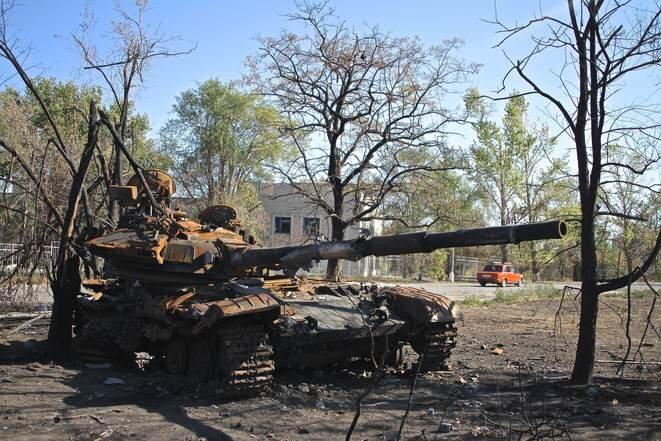 Un char ukrainien détruit dans la banlieue de Lougansk, à l'été 2014. © Laurent Geslin