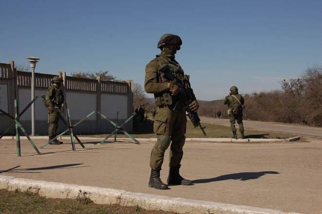 Mars 2014. Des soldats russes en uniforme banalisé prennent le contrôle de la Crimée. © Reuters