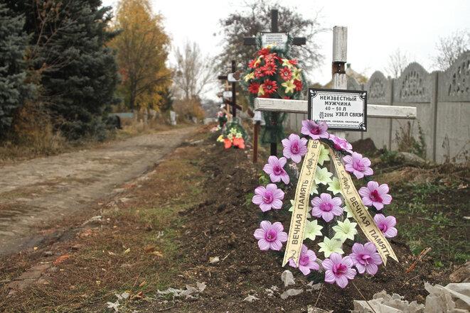Cimetière improvisé près de Donetsk, été 2014. © Laurent Geslin