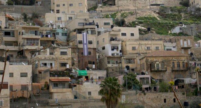 Un drapeau israélien a été déployé sur la façade d'une des maisons achetées à Silwan par Ateret Cohanim. © Chloé Demoulin