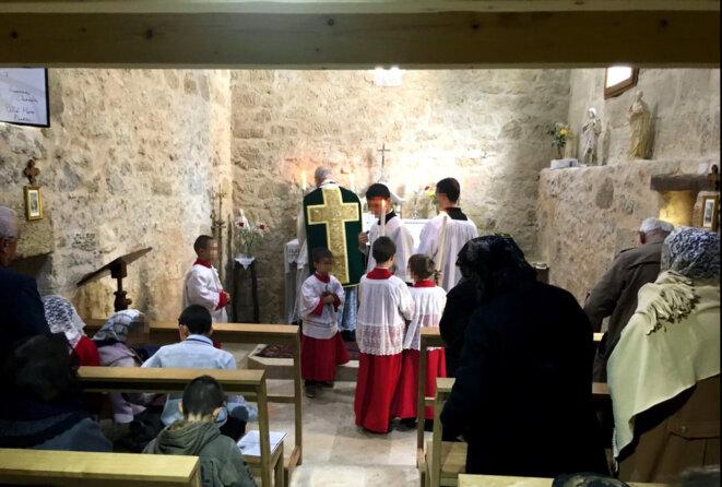 Une messe célébrée par l'abbé Peignot, dans une chapelle près de Bordeaux, en novembre 2016. © DR