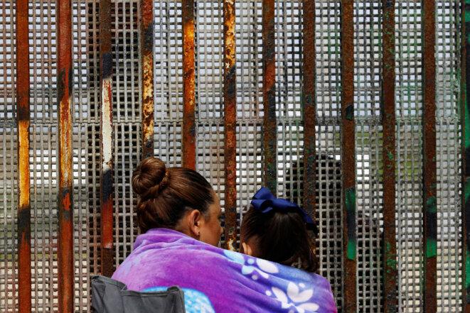 Une femme et son fils, à Tijuana (Mexique), parlent à leur père et mari, aux Etats-Unis, le 4 mars 2017. © Reuters.
