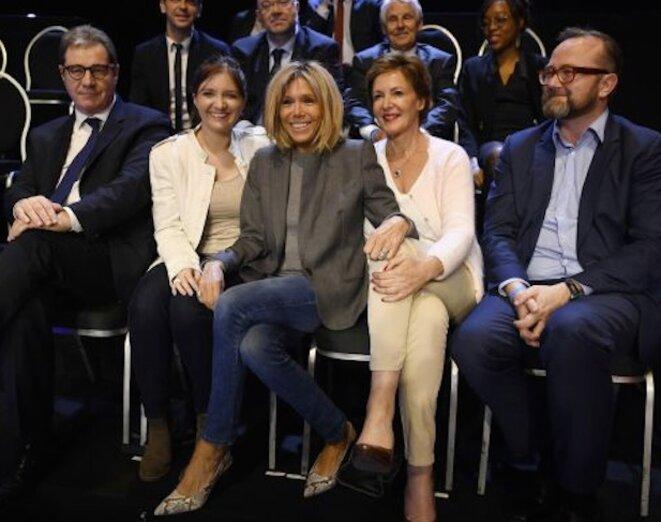 Christophe Itier, tout à droite de la photo des soutiens de Macron, le soir du « grand débat » de la présidentielle, le 4 avril 2017.