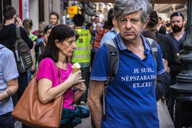 """Chaîne humaine autour de la CEU. """"Je suis Népszabadság... et CEU"""" © Ludovic Lepeltier-Kutasi"""