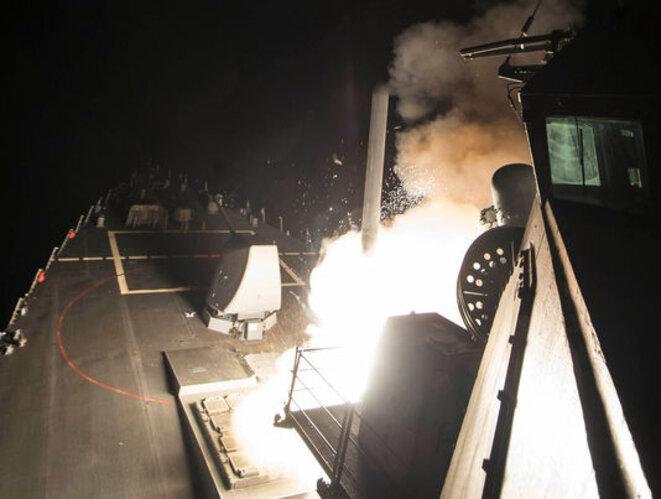 Le navire de l'US Navy USS Ross (DDG 71) tire un missile sur une base aérienne syrienne, le 6 avril. © Reuters