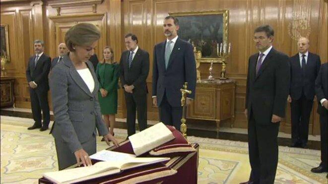 María Dolores de Cospedal jurant fidélité à la Constitution de 1978 en présence du roi Felipe VI (notez la présence d'un crucifix au coin du bureau) © Cadena SER