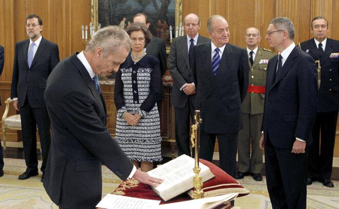 Pedro de Morenés (ancien président de MBDA) jurant fidélité à la Constitution en 2011, en présence du roi Juan Carlos (notez la présence, déjà, du crucifix) © Europa Press