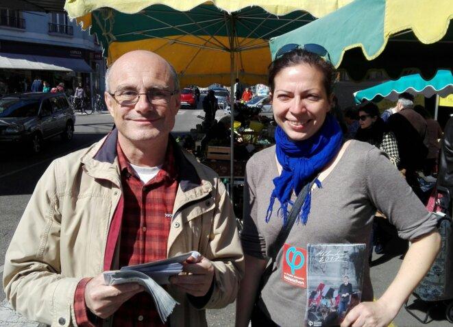 Des militants insoumis au marché de l'Estacade © Fabien Escalona