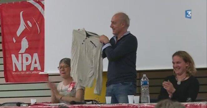 Un vêtement qui a fait le tour du web... et des meetings ! (ici à Montpellier le 7 avril) © Reportage France 3