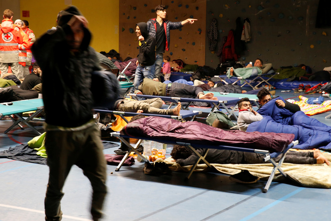 Displaced migrants from the destroyed Grande-Synthe camp were given temporary accomodation inside one of the town's gymnasiums (April 11th). © Reuters