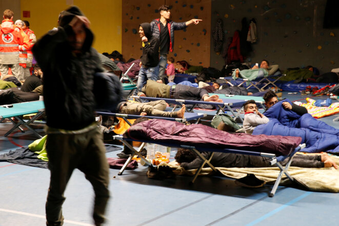 Displaced migrants from the destroyed Grande-Synthe camp were offered shelter inside one of the town's gymnasiums. © Reuters