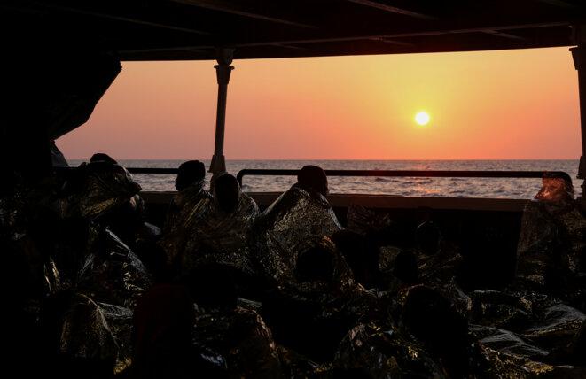 Des migrants partis des rives libyennes recueillis en mer Méditerranée le 5 avril 2017 © Reuters