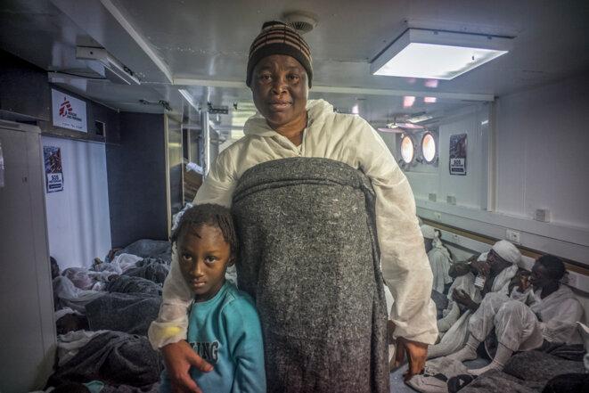 Aïcha et sa fille après avoir été secourues en Méditerranée par « L'Aquarius » le 26 juin 2016 © Yann Merlin / Hans Lucas