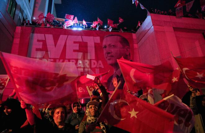 Des partisans du oui fêtent la victoire, dimanche 16 avril à Istanbul. © Reuters