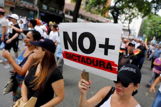 Des dizaines de milliers de manifestants à Caracas appellent à de nouvelles élections. © Reuters