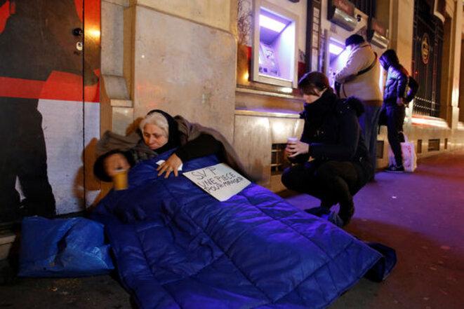 Un volontaire de l'association Action Froid distribue vivres et couvertures à Paris, le 19 janvier 2017. © Reuters