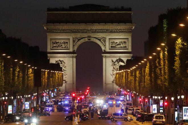 Sur les Champs-Élysées, le 20 avril au soir, après l'attentat. © Reuters