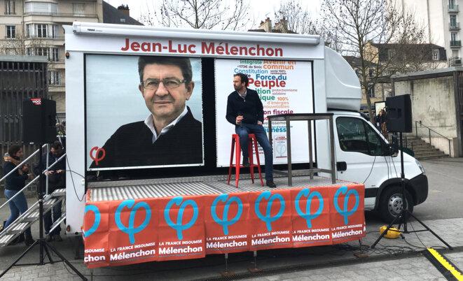 Manuel Bompard, directeur de campagne de Jean-Luc Mélenchon, à bord du camion « Au tour du peuple » © CG