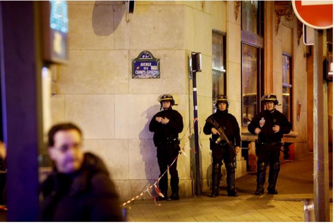 Sur les Champs Elysées, jeudi soir © Denis Allard pour Libération
