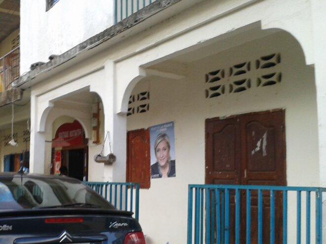 Affiche de Le Pen sur les murs d'une habitation de la rue principale de Sada © Damien Gautreau