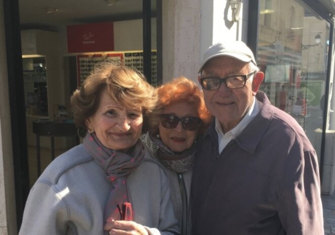 Georgette, Maïté et Henri près du marché © LD