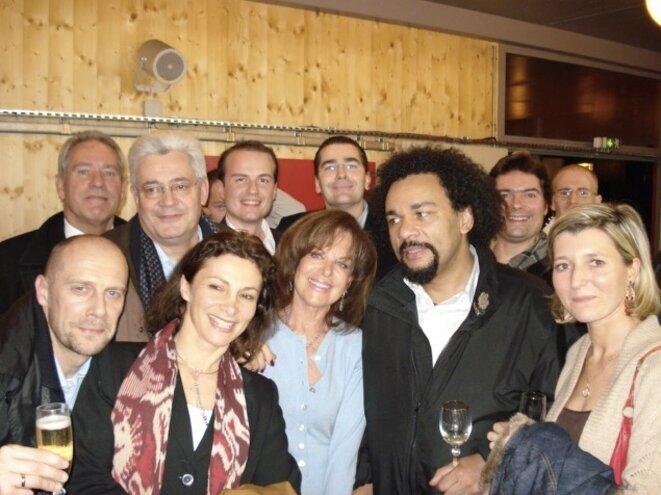 À l'issue du spectacle de Dieudonné au Zénith, le 18 décembre 2006, Alain Soral et plusieurs membres du FN : Jean-Michel Dubois, actuel trésorier de la campagne de Marine Le Pen, l'eurodéputé Bruno Gollnish, Jany Le Pen, Frédéric Chatillon, salarié de la campagne 2017, son ami Jildaz Mahé O'Chinal. © Reflexes