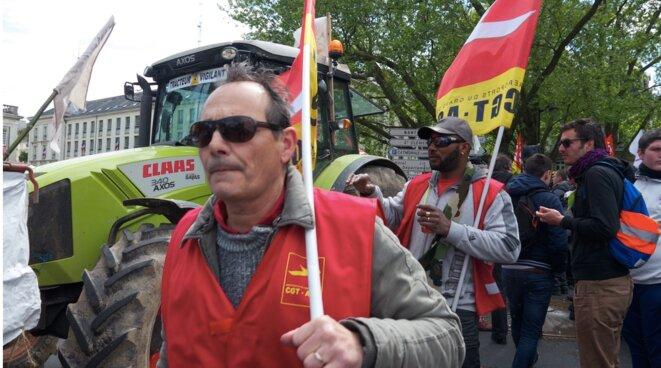 Militants de CGT AGO, qui regroupe des travailleurs de l'actuel aéroport, le 1er mai à Nantes (JL).