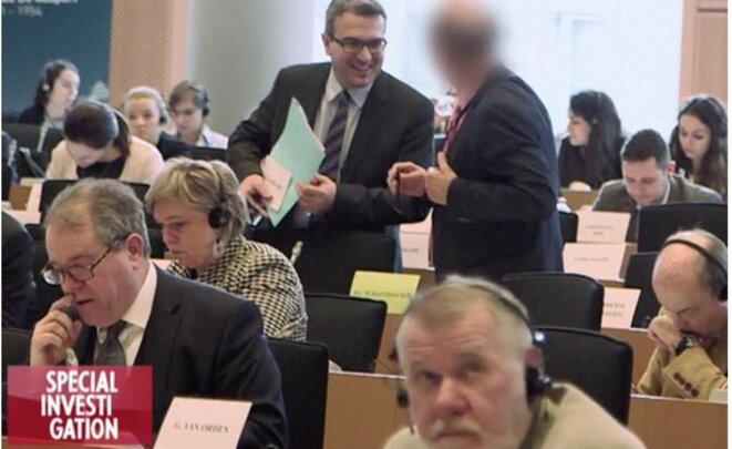Aymeric Chauprade avec un autre eurodéputé FN. © « Spécial investigation » / Canal Plus