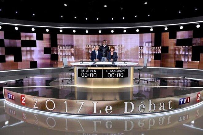 Le décor du débat de l'entre-deux-tours. Il sera animé par les journalistes Christophe Jakubyszyn (TF1) et Nathalie Saint-Cricq (France 2) © Reuters