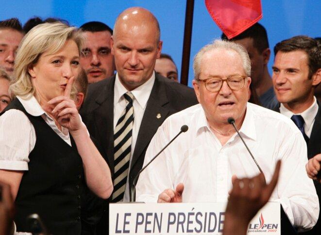 Marine Le Pen et Jean-Marie Le Pen après l'annonce des résultats, le 22 avril 2007. © Reuters