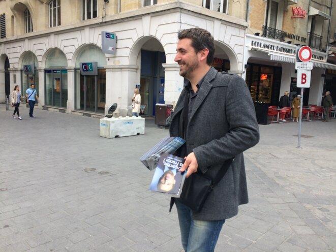Nicolas Habare tracte pour En Marche! le 2 mai, à Reims. © ES