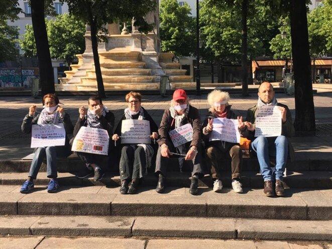 Le petit groupe de gréviste à Châtelet, vers la Fontaine aux Innocents