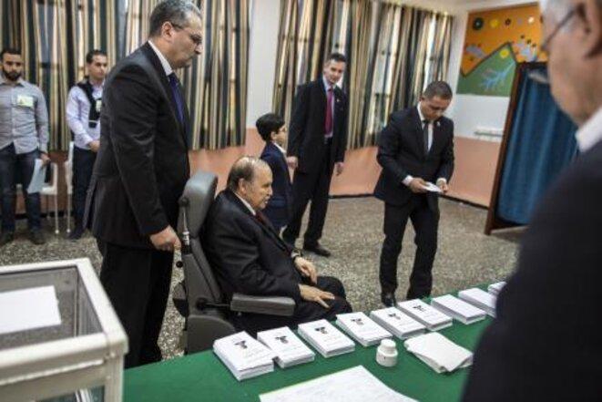 Bouteflika, votant dans une chaise roulante lors de la présidentielle de 2014. © Reuters