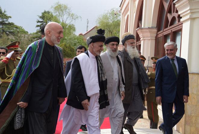 L'ancien président Hamid Karzaï, le président Ashraf Ghani, Gulbuddin Hekmatyar et l'ancien moudjhadin Abdul Rabb Rasool Sayyaf, le 4 mai 2017 à Kaboul.