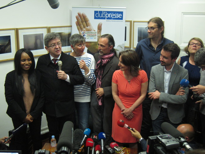 Jean-Luc Mélenchon, entouré des autres candidats Insoumis de Marseille, dont sa porte-parole Sarah Soilihi tout à gauche. © LF