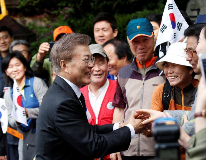Moon Jae-in à la sortie de son domicile à Séoul, au lendemain de son élection. © Reuters