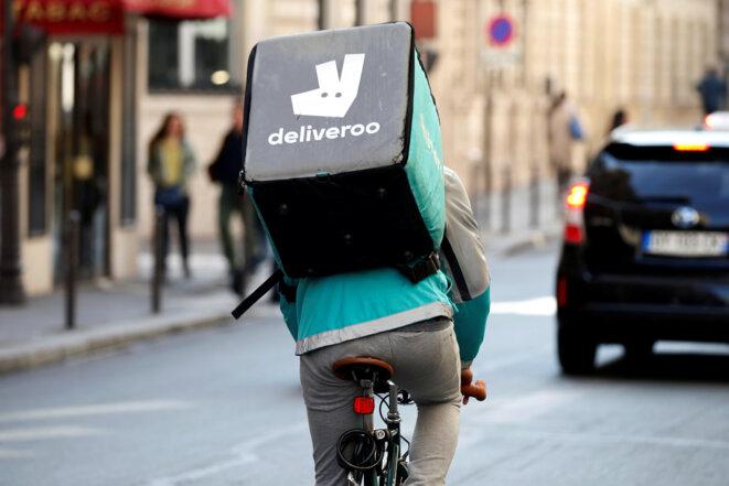 Un livreur Deliveroo à Paris, en avril 2017. © Reuters/Charles Platiau