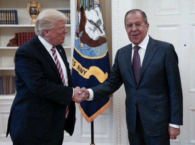 Donald Trump et Sergueï Lavrov, le ministre des affaires étrangères russe, à la Maison Blanche. © DR