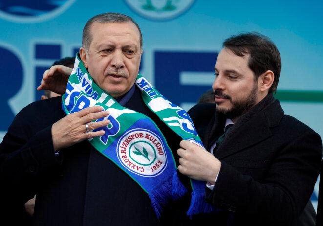 Tayyip Erdogan et Berat Albayrak, lors d'un meeting de la campagne pour le référendum, le 5 avril 2017 à Rize. © Reuters