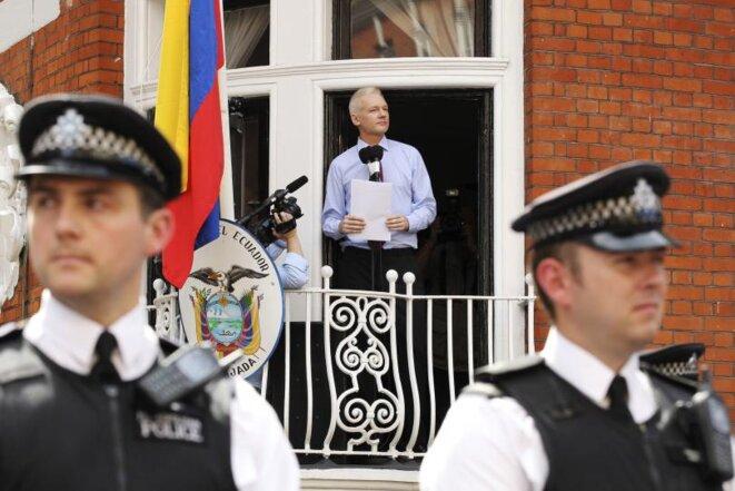 Julian Assange dans l'ambassade équatorienne en 2012. © Reuters
