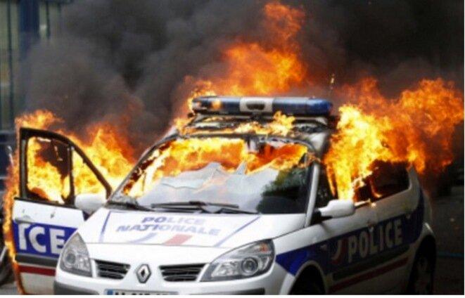 La voiture de police incendiée le 18 mai 2016 à Paris © Reuters